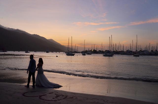 romantic-wedding-couple-1434873_640